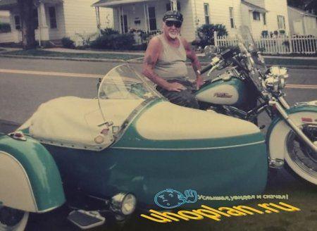 Байкер решил остаться со своим любимым мотоциклом
